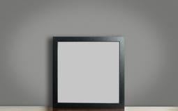 Leerer starker schwarzer Fotorahmen auf grauem Hintergrund mit Beschneidungspfad stockbild