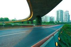 Leerer Straßenboden mit modernem Stadtviadukt Stockfotos