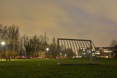 Leerer Straßenfußballplatz nachts Stockfotografie