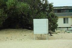 Leerer Strand Altmodische weiße Scheune H?lzerne Umkleidekabine Sandy-Strand und tropischer Garten Fechten f?r das Kleiden stockfoto