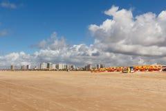 Leerer Strand Atalaia, Aracaju, Sergipe-Zustand, Brasilien lizenzfreie stockfotografie