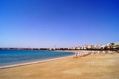 Leerer Strand auf der Küste des Roten Meers von Sahl Hasheesh Hurghada Ägypten Stockfotografie