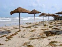 Leerer Strand auf einem Badeort Stockbild