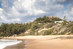 Leerer Strand in der Stadt Tofo Stockfotos