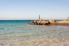 Leerer Strand des Roten Meers in Ägypten ohne Touristen stockbild