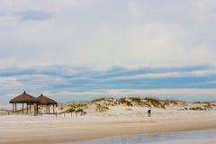 Leerer Strand an einem schönen Tag Stockfotografie