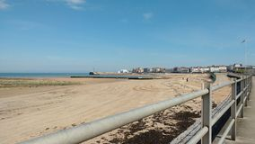 Leerer Strand an einem sonnigen Tag Stockfoto