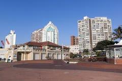 Leerer Strand Front Paved Promenade und Stadt-Skyline Lizenzfreies Stockfoto