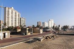Leerer Strand Front Promenade und Sandburg-Erbauer Stockfotos