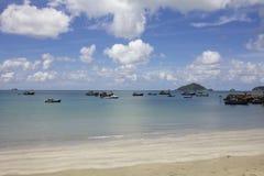Leerer Strand mit Booten Stockfoto