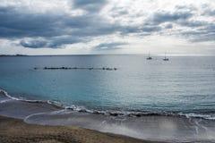 Leerer Strand mit dunklem vulkanischem Sand lizenzfreies stockfoto