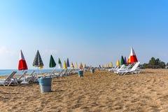 Leerer Strand mit klarem Himmel in der Stadt von Mersin in Turkey-2018 lizenzfreies stockbild