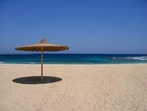 Leerer Strand mit Sonnenschutz Lizenzfreies Stockbild