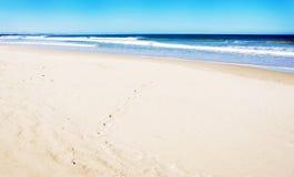Leerer Strand mit weißem Sand Lizenzfreie Stockfotografie