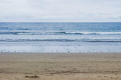 Leerer Strand mit Wellen im Ozean stockbilder