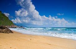 Leerer Strand mit Wolken Lizenzfreie Stockfotografie