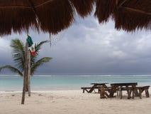 Leerer Strand passend zu Hurrikan Rina ablandig führen Stockbild