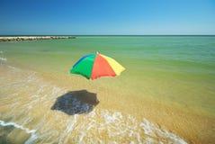 Leerer Strand Regenschirm auf dem Strand Lizenzfreies Stockfoto