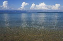 Leerer Strand am Sommertag Lizenzfreies Stockfoto