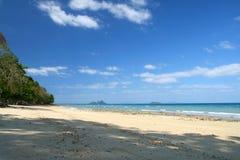 Leerer Strand und blauer Himmel Stockfotografie