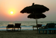 Leerer Strand während des Sonnenuntergangs Stockfotografie