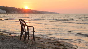 Leerer Stuhl auf dem Strand stock footage