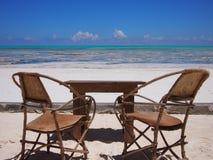 Leerer Stuhl auf dem Strand Stockfoto