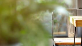 Leerer Stuhl im Café mit Sonnenlicht am sonnigen Tag stockbild