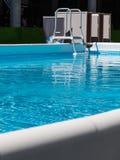 Leerer Swimmingpool mit Bockleiter für Aerobic-Eignung Lizenzfreies Stockbild