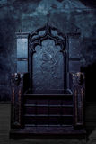 Leerer Thron dunkler gotischer Thron, Vorderansicht Stockbild