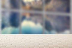 Leerer Tischplattesommerhintergrund Leere helle h?lzerne Plattformtabelle vor unscharfem nat?rlichem Hintergrund der Fensterzusam stockfotos