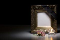 Leerer Trauerrahmen mit Blume und Kerze Lizenzfreie Stockbilder