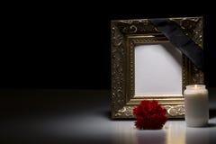 Leerer Trauerrahmen mit Blume und Kerze Lizenzfreies Stockbild
