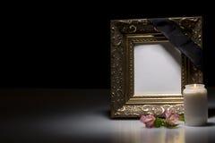 Leerer Trauerrahmen mit Blume und Kerze Stockbilder