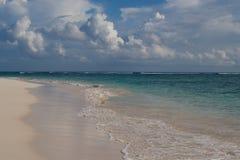 Leerer tropischer Strand lizenzfreies stockfoto