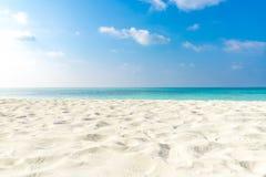 Leerer tropischer Strandhintergrund Horizont mit Himmel und weißem Sandstrand stockfoto