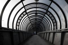 leerer Tunnel, Fußgängerübergang, ein Stadtarchitekturkonzept lizenzfreie stockfotografie