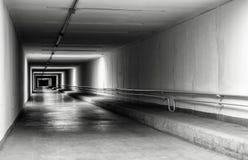 Leerer Tunnel nachts Stockfotos