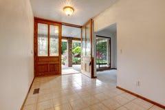 Leerer vorderer Eingang mit offener Tür. Hauptinnenraum. Stockfotos