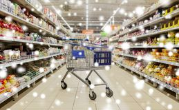 Leerer Warenkorb oder Laufkatze am Supermarkt Stockbild