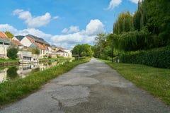 Leerer Weg neben Kanal in Amiens, Frankreich lizenzfreies stockbild