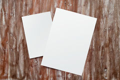 Leerer Weißbuch-Blatt-Modell-Naturholz-Tabellen-Hintergrund der Nahaufnahme-zwei Leeres Segeltuch gemalter Brown-Schreibtisch Stockfotografie