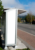 Leerer weißer Anzeigenraum an der Bushaltestelle Stockbild