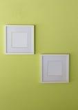 Leerer weißer Bilderrahmen limegreen an Wand Lizenzfreie Stockfotos
