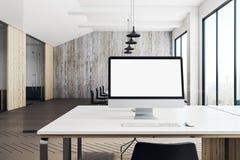 Leerer weißer Computer im modernen Büro Stockfotos