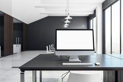 Leerer weißer Computer im zeitgenössischen Büro Lizenzfreie Stockfotografie