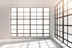 Leerer weißer Dachbodeninnenraum mit Fenstern vom Boden bis zur Decke Stockfoto