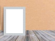 Leerer weißer hölzerner Fotorahmen am tropischem Plankenbretterboden und -wand lizenzfreie stockfotografie