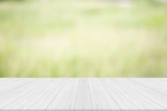Leerer weißer Holztisch mit natürlichem Hintergrund Lizenzfreies Stockbild