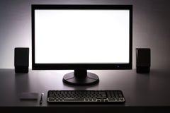 Leerer weißer PC-Monitor auf dem Desktop Stockfotografie
